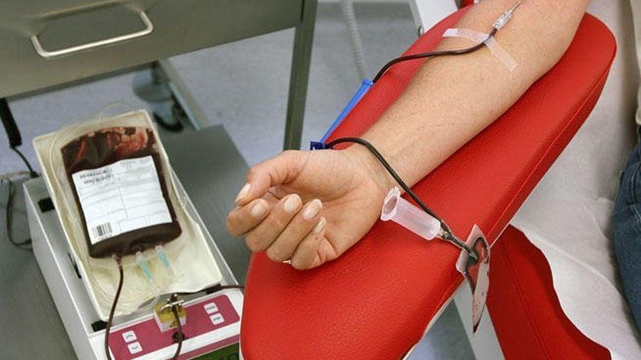 Una mujer dona sangre en un centro hospitalario