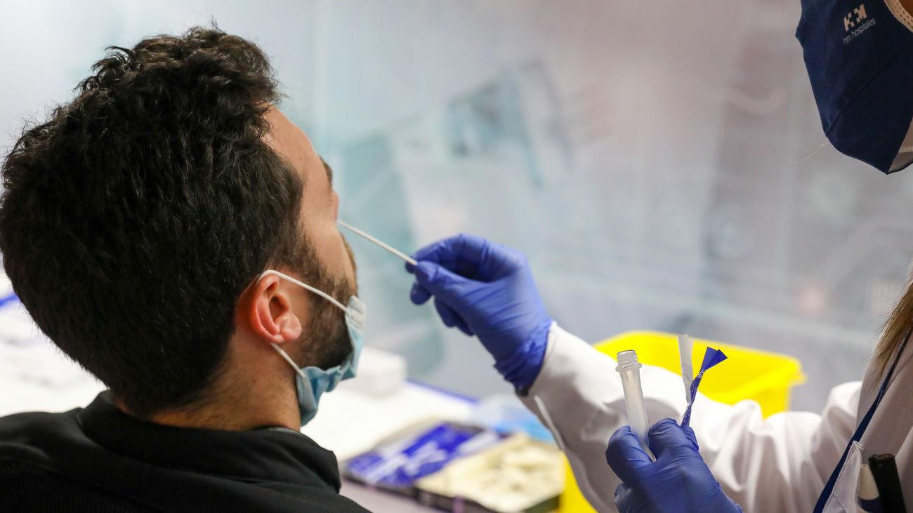 Un sanitario toma muestras nasales para un test de coronavirus