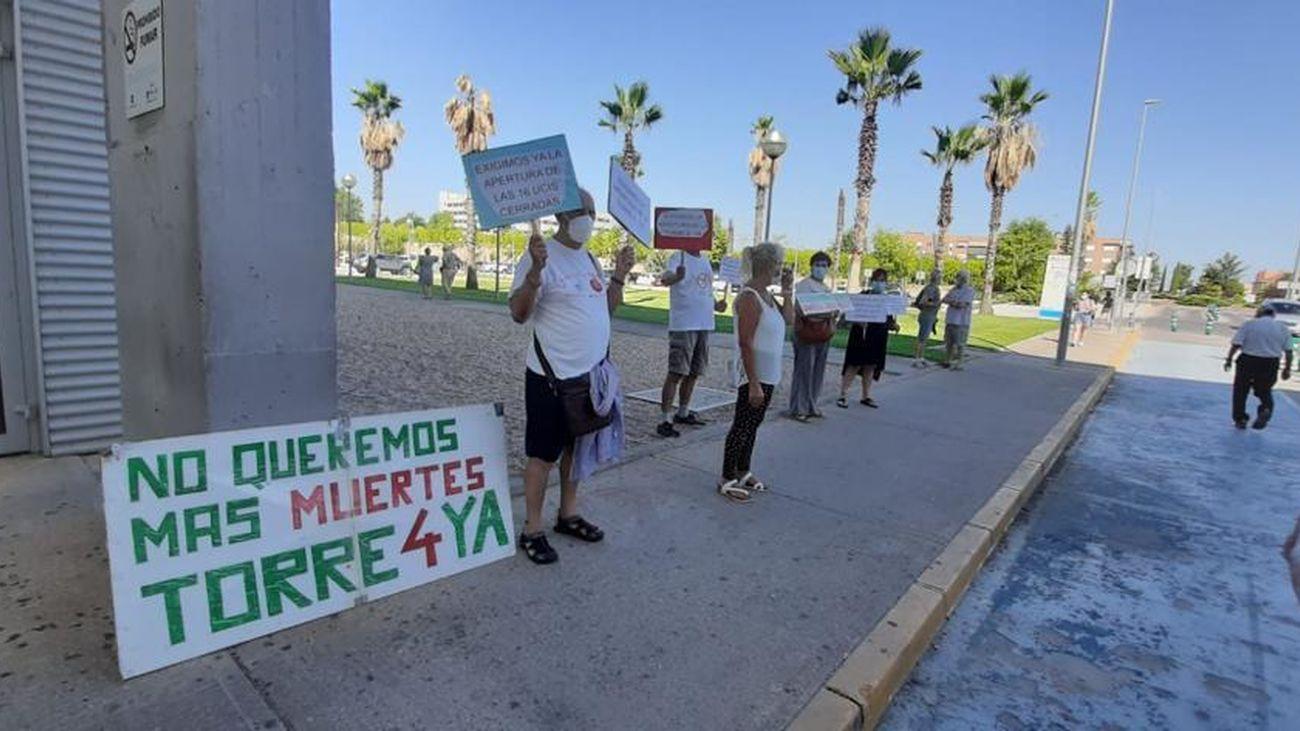 Integrantes de la plataforma por la sanidad pública del norte de Madrid protestan ante el Hospital Infanta Sofía