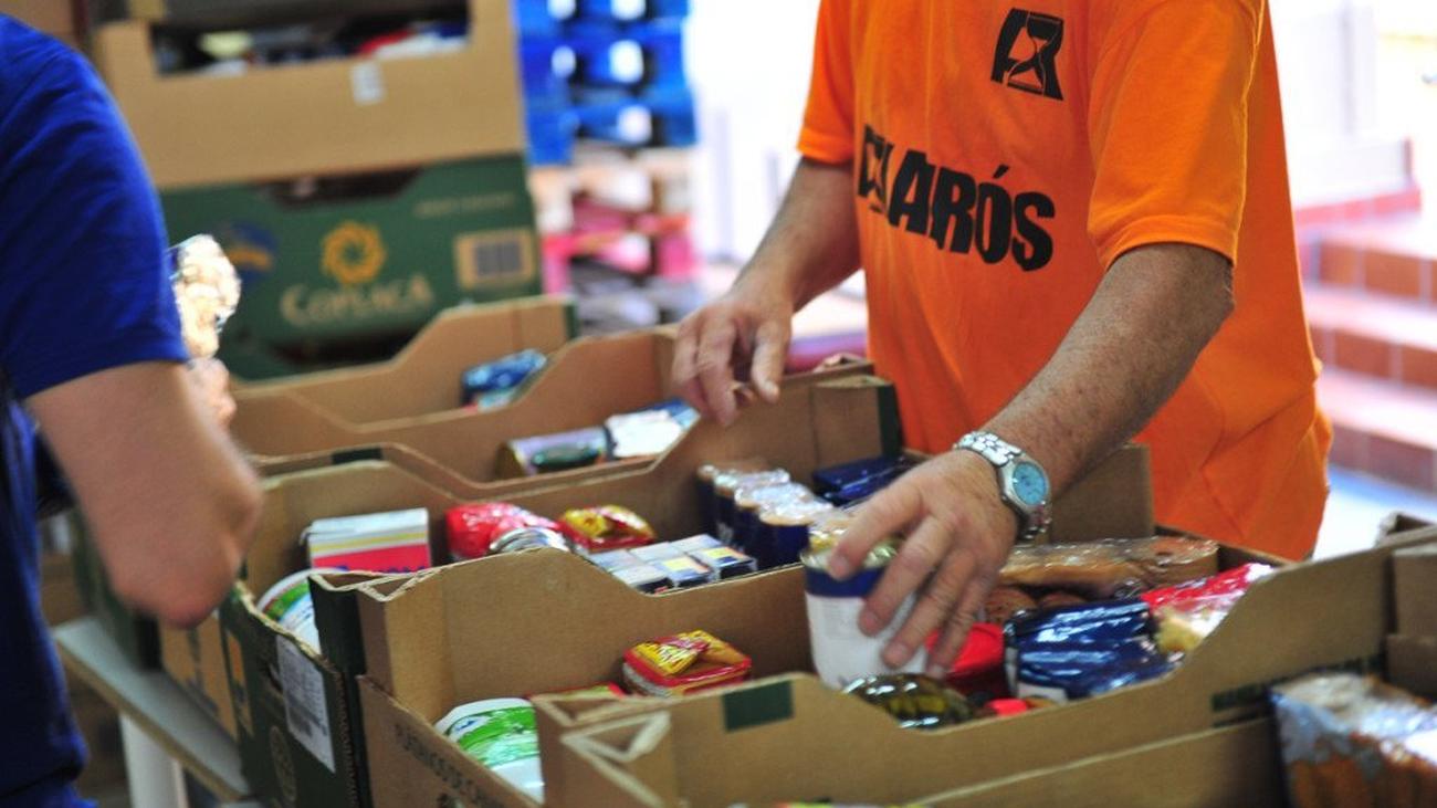 Entrega de alimentos en una despensa solidaria