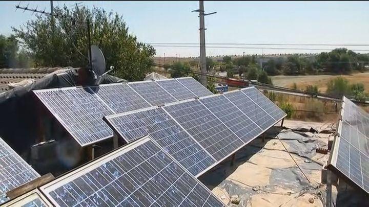La Fundación Madrina instala placas solares a familias con pobreza energética de Cañada Real
