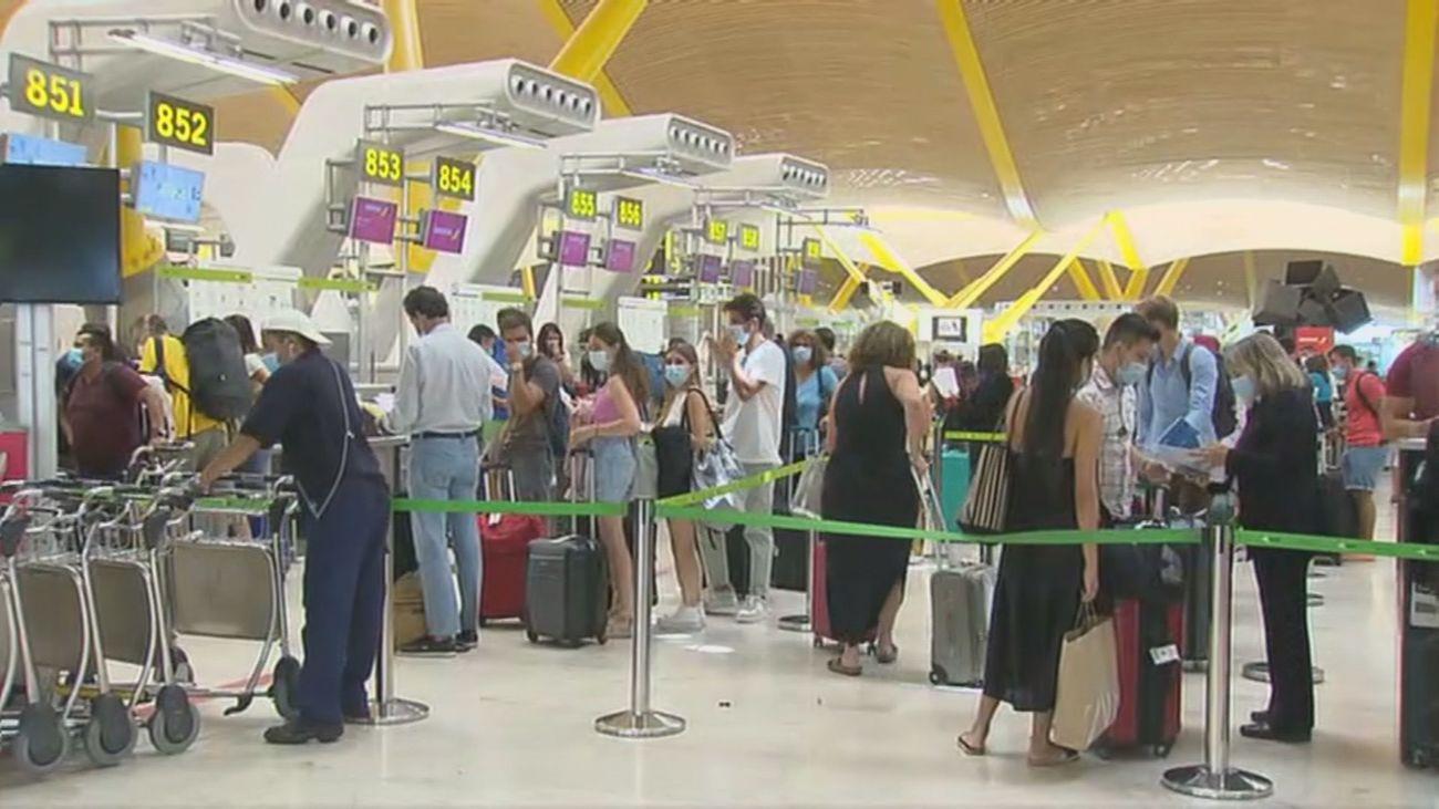 Numerosa afluencia de viajeros en el aeropuerto de Barajas