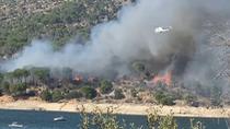 Trabajan en la extinción de un incendio de grandes dimensiones junto al pantano de San Juan