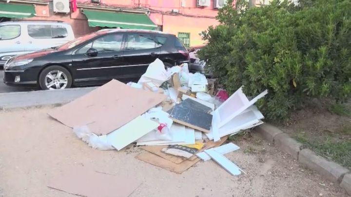 Los vecinos de Entrevías denuncian montones de basura en la zona de la cancha