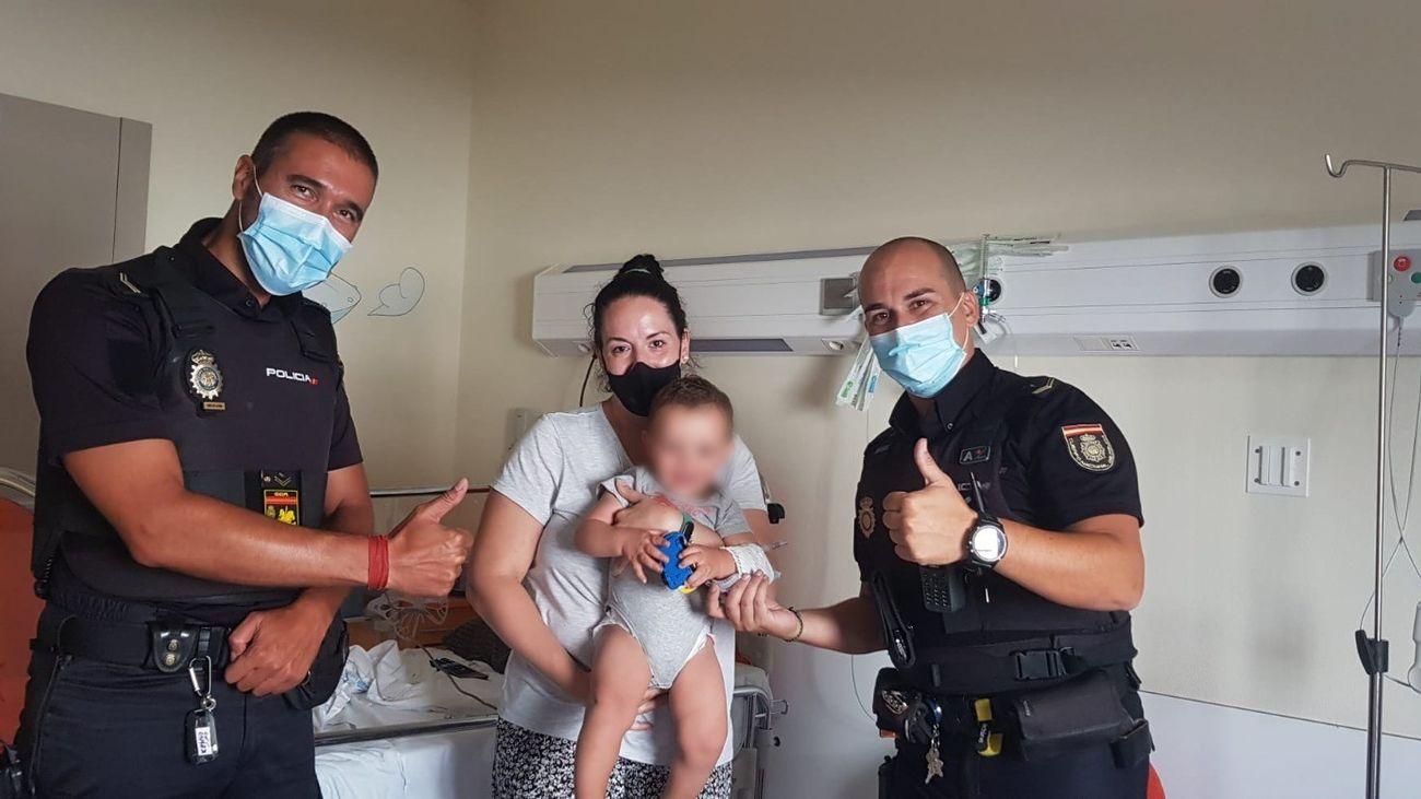 Agentes de la Policía Nacional salvan a un bebé que no podía respirar en un parque de Alcobendas