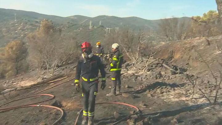 Los bomberos refrescan los puntos calientes del incendio del Pantano de San Juan