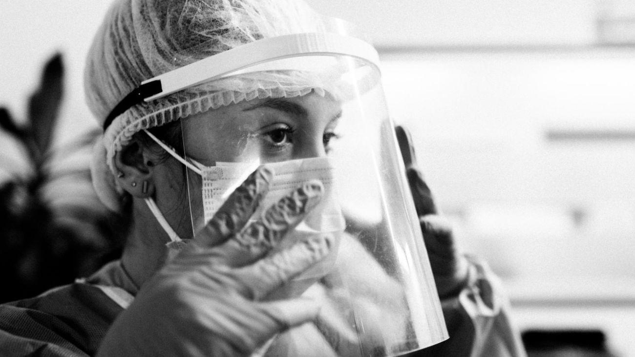 Un sanitario se protege con mascarilla y pantalla facial en un hospital de Madrid