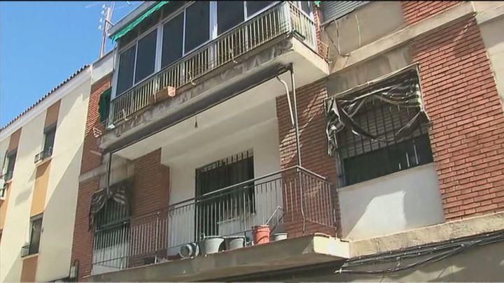 Perros y gallos encerrados en un edificio abandonado de Getafe no dejan dormir a los vecinos