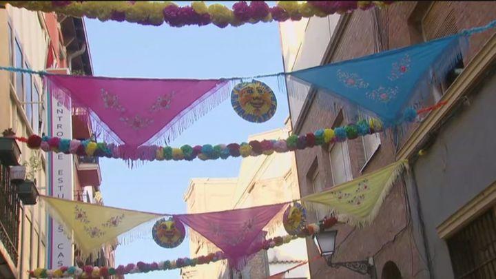 La calle del Oso, engalanada para acoger unas fiestas de San Cayetano con limitaciones