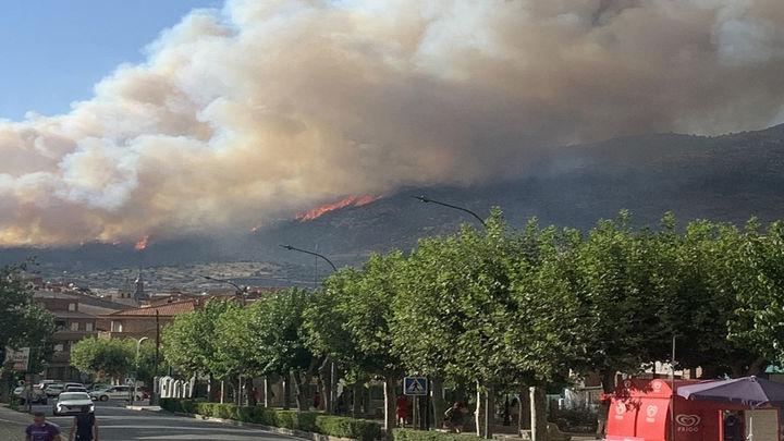 Bomberos de la Comunidad de Madrid trabajan en la extinción de un incendio en El Tiemblo (Ávila)