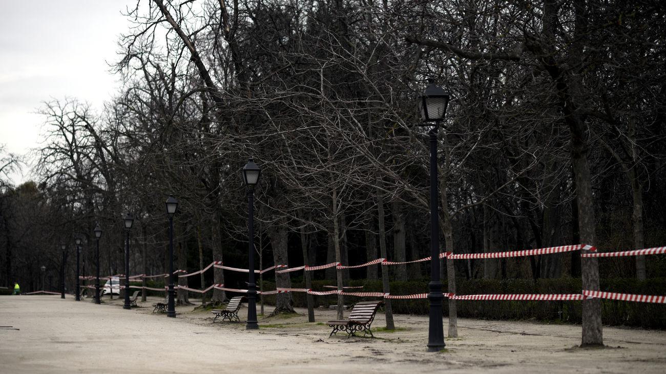 El Retiro y ocho parques más de Madrid, balizados hasta las 21 horas por fuerte viento
