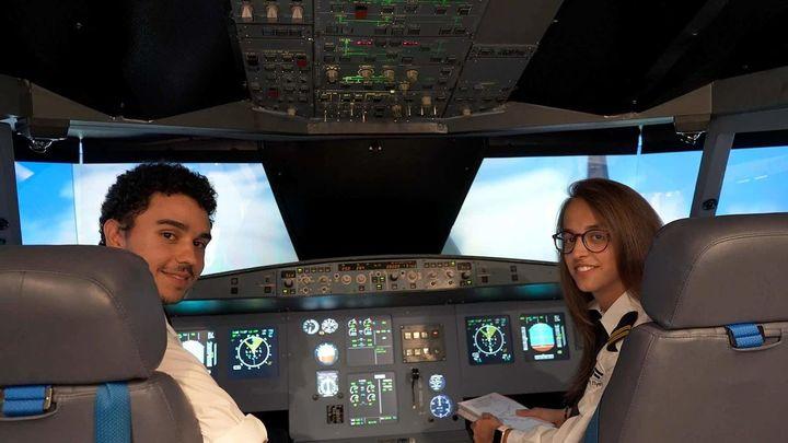 Faltan 50.000 pilotos de avión y muchos se forman en Madrid