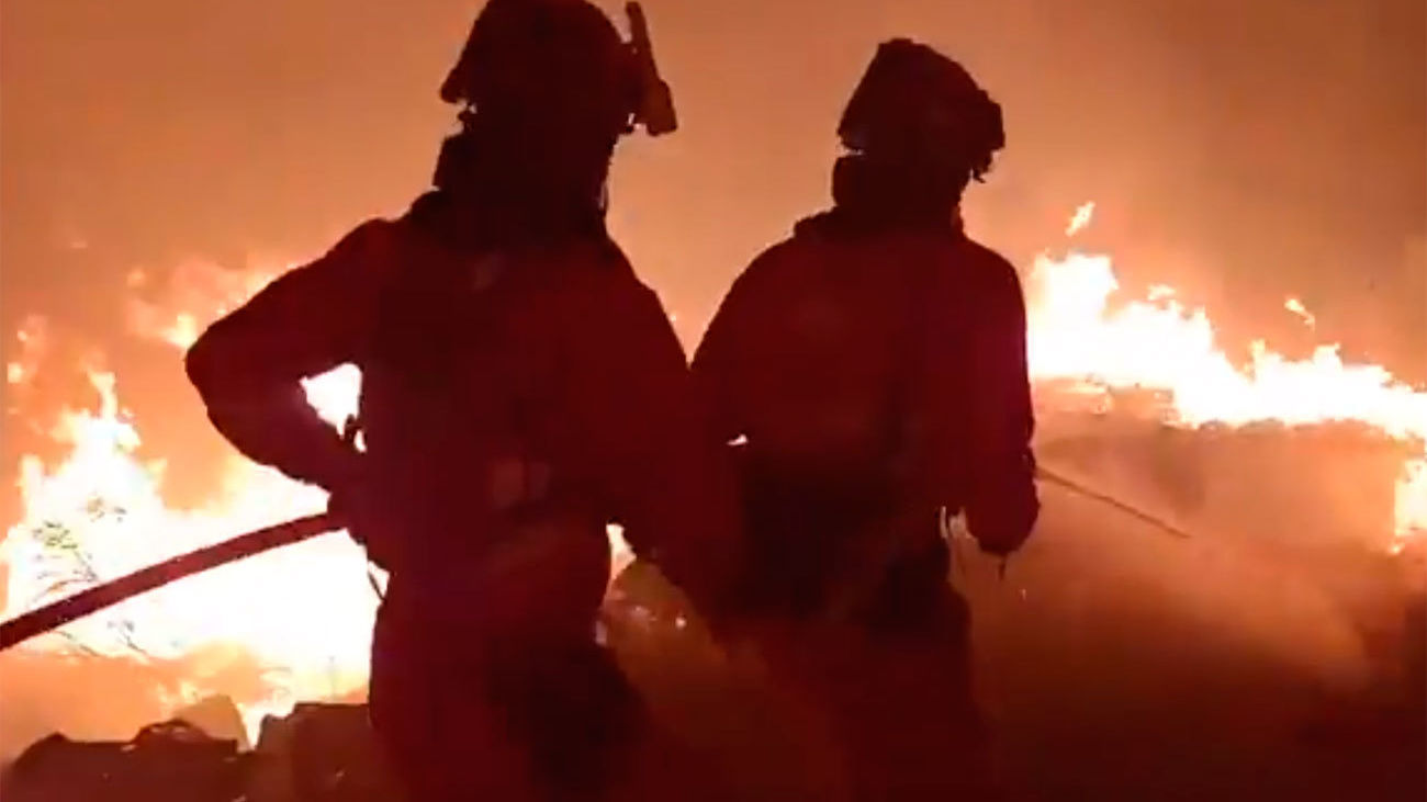 """El incendio de El Tiemblo  tiende a estabilizarse tras una noche """"durísima"""""""