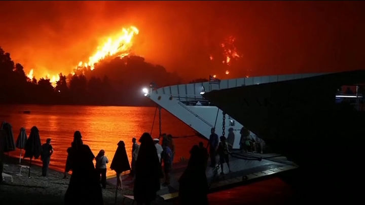 Grecia lucha por apagar el fuego mientras crecen las críticas por la falta de medios