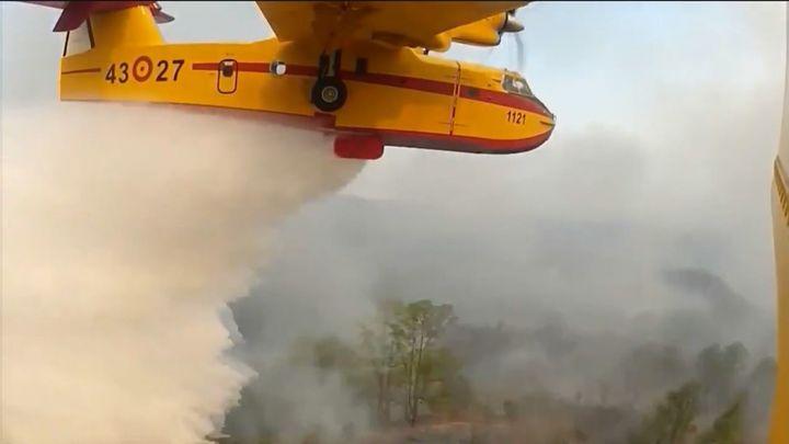 Una dotación militar y un avión del Ejército español luchan contra los incendios de Grecia