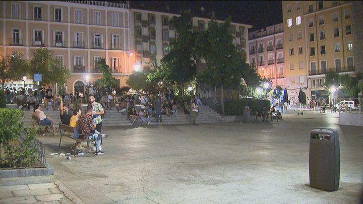 Vecinos de la plaza Pedro Zerolo, hartos del ruido y la suciedad de los botellones