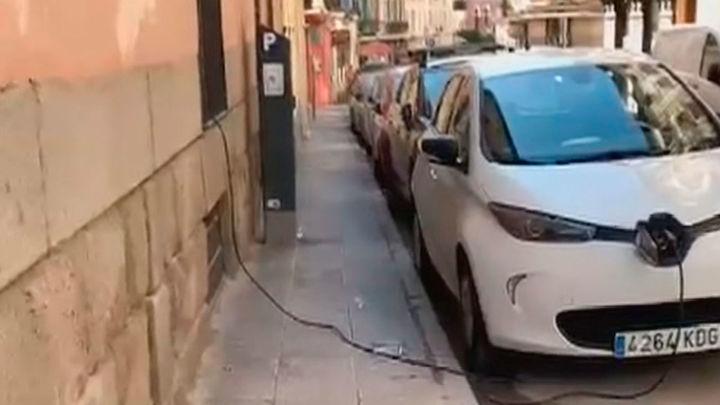 Un vecino  de Madrid recarga su coche eléctrico a través de la ventana en plena calle
