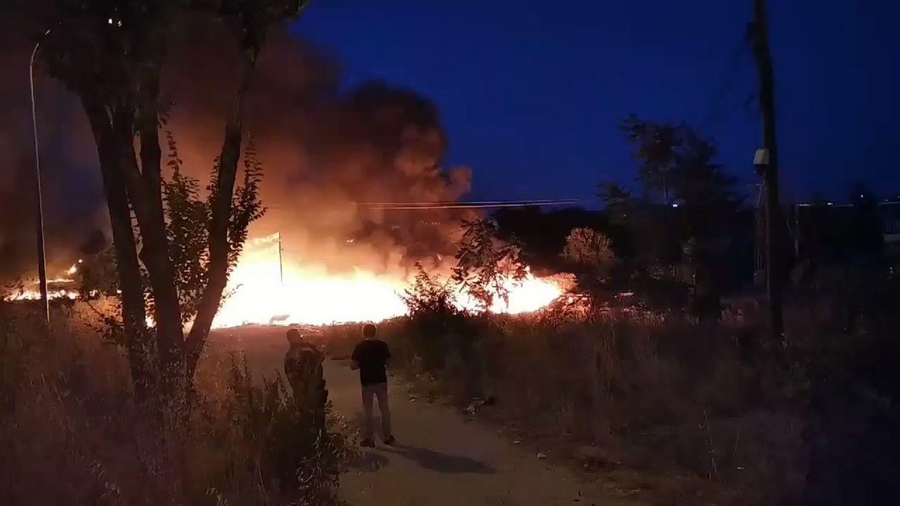 Un incendio en Fuencarral genera una  columna de humo visible desde distintos puntos de Madrid