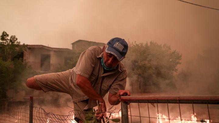 El fuego consume la isla de Eubea, próxima a la región de Atenas