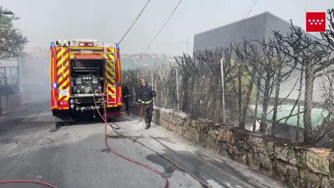 Un incendio de vegetación en Torrelodones obliga a desalojar varios chalets