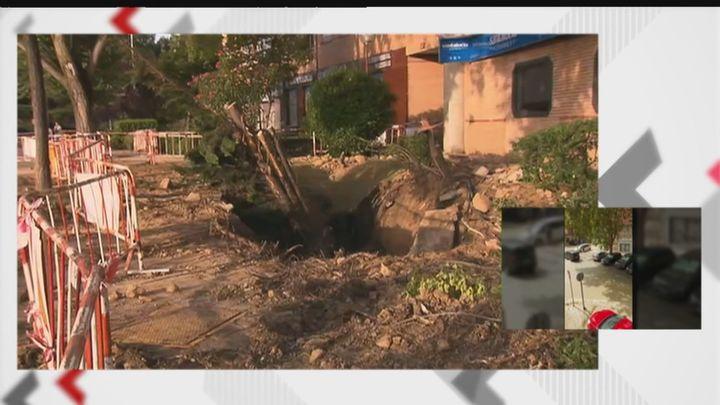 Trabajos de limpieza en la zona afectada por la rotura de una tubería en San Blas