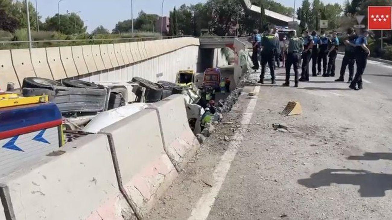 Milagro en Rivas: una hormigonera vuelca sobre un turismo y sólo causa heridos leves