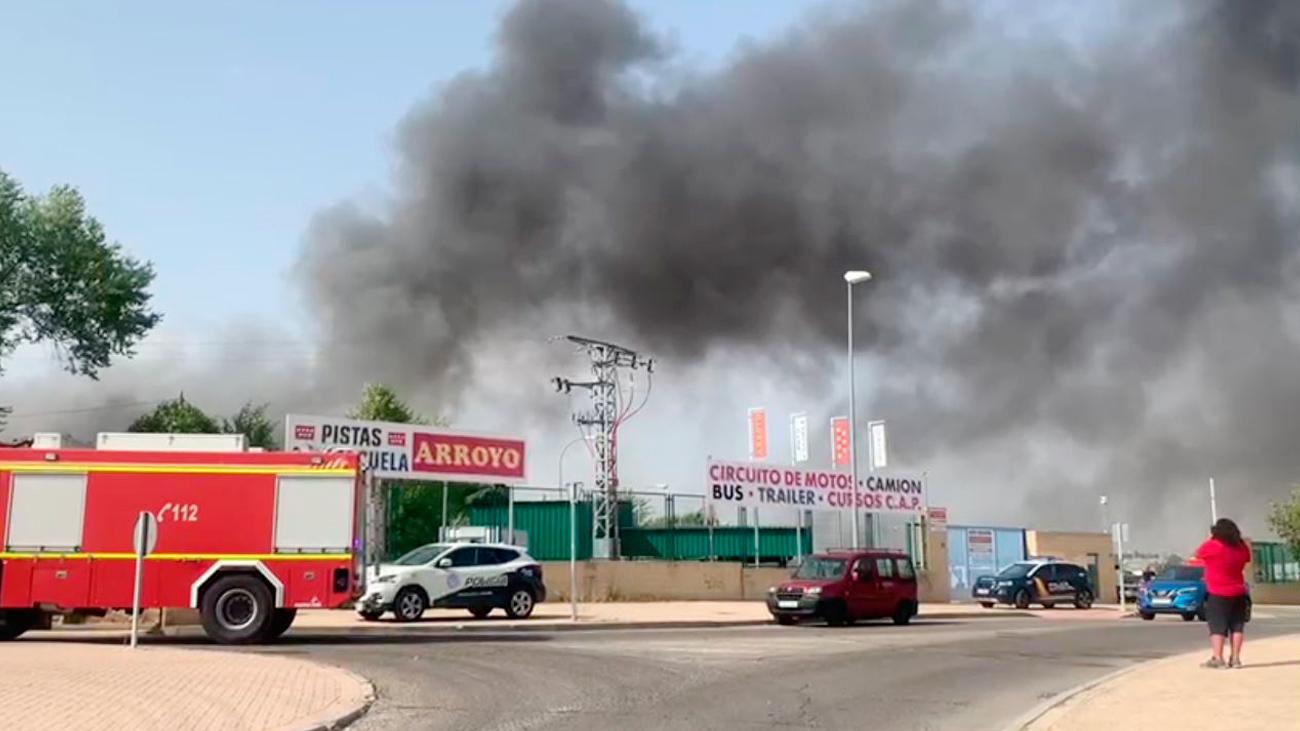 Cerca de una veintena de coches arde en un desguace de Leganés cercano a la M-40