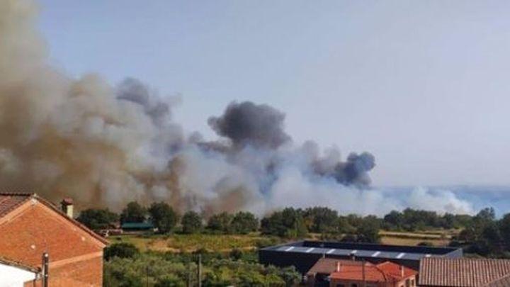 La Junta evacua El Raso (Ávila) por la cercanía de un incendio y solicita la presencia de la UME