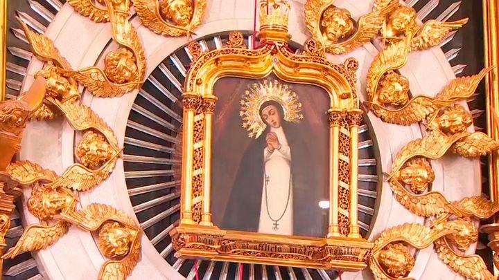 Emotiva bajada de la Virgen de La Paloma, tras una misa marcada por el recuerdo a las víctimas de la explosión en la calle Toledo