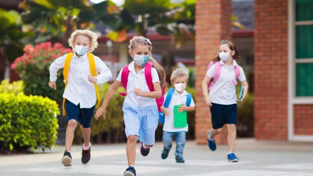 Niños y niñas con mascarilla