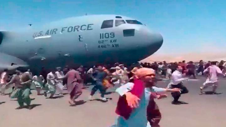 Caos en el aeropuerto de Kabul, con miles de afganos tratando de huir del país
