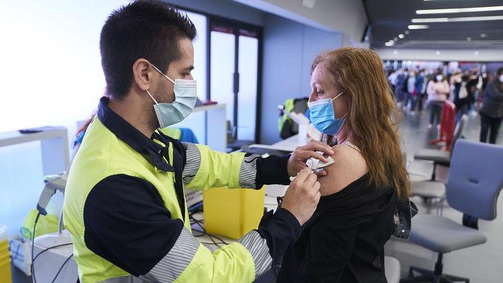 El Wanda seguirá vacunando y Madrid se olvida de la Caja Mágica