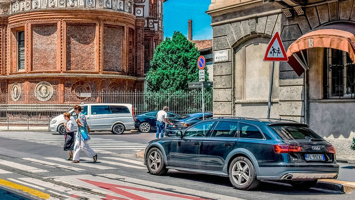 ¿Cómo actúas si un conductor se salta el paso de peatones mientras estás cruzando?