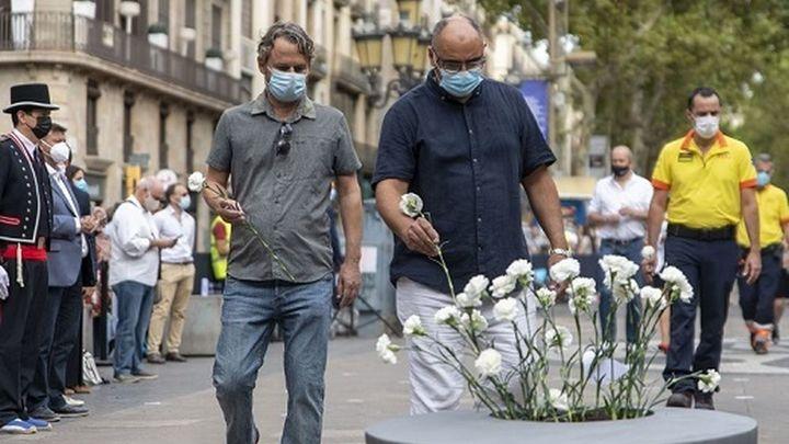 Homenaje sobrio y emotivo a las víctimas de los atentados de Barcelona y Cambrils en su cuarto aniversario