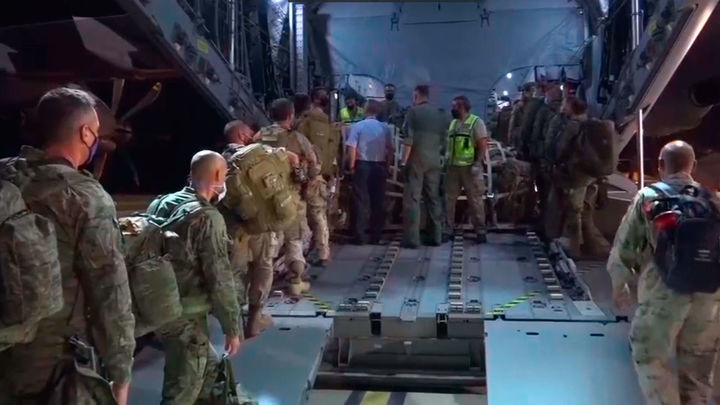 Los españoles aguardan en el aeropuerto de Kabul a poder ser repatriados
