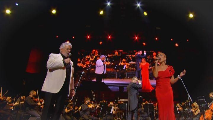 Plácido Domingo y Marta Sánchez ovacionados en Starlite tras cantar el himno de España