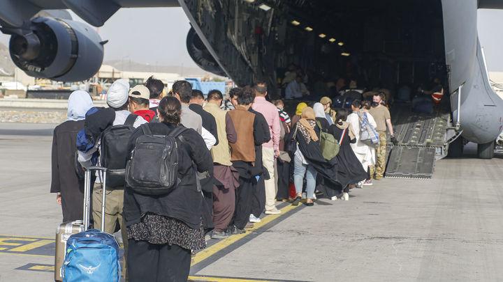 Calma tensa en el aeropuerto de Kabul, donde continúan las evacuaciones