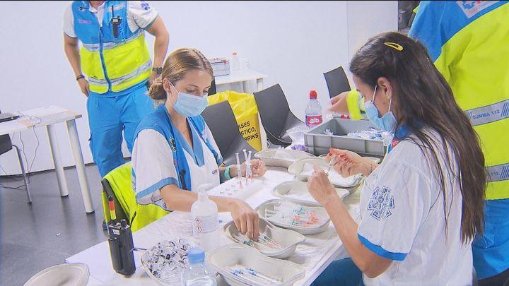 La Comunidad de Madrid reduce de seis a solo un mes el plazo para vacunar a personas menoresde 65 años que han pasado el COVID