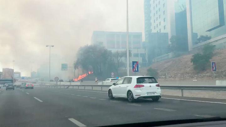 Un incendio junto al hotel Nuevo Madrid provoca una gran humareda en la M-30