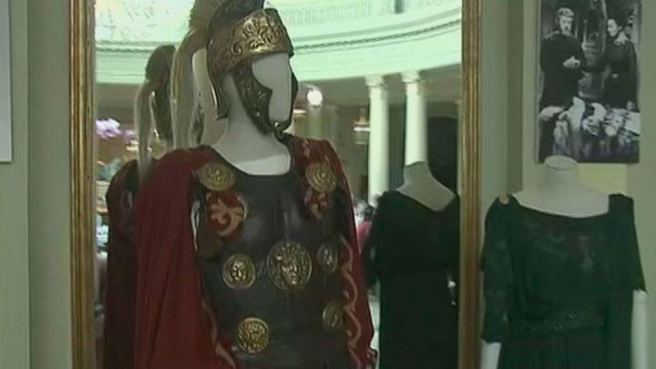 Exposición de cine en el Westin Palace, con  trajes, piezas e imágenes del Hollywood de los 60