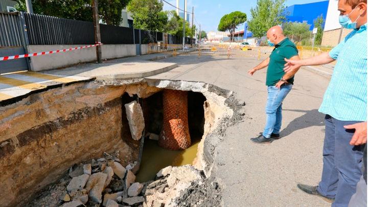 Arrancanlas obras de reparación del socavón de 30 metros en la calle Llanos de Jerez de Coslada