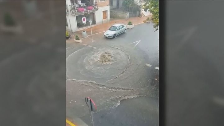 Las tormentas dejan en Madrid algunas granizadas y una calle inundada en Valdemorillo