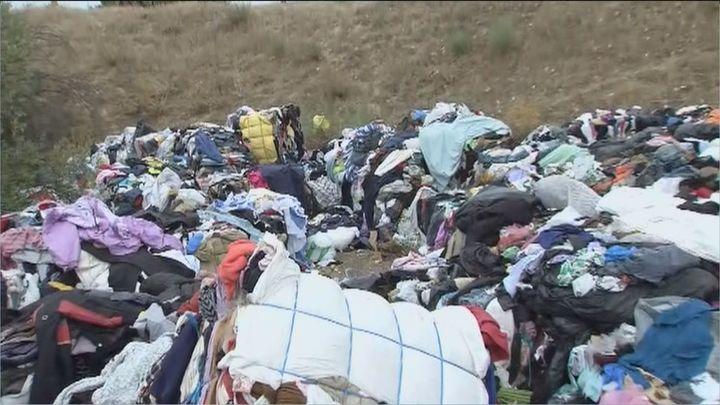 """Cientos de kilos de ropa en el Parque Natural de Guadarrama: """"Esto es un grave problema"""""""
