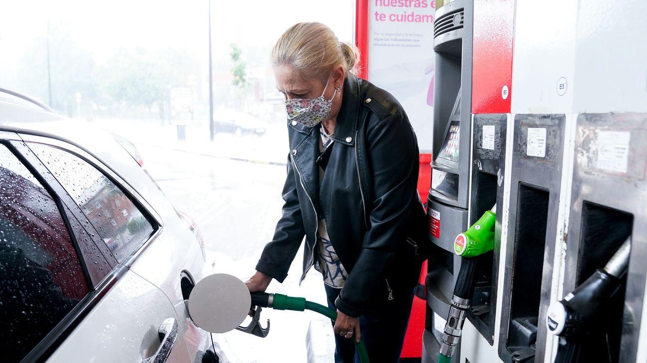 El precio de los carburantes baja a las puertas de la 'Operación retorno'