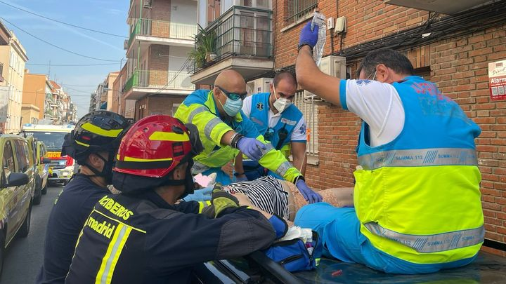 Cae desde un balcón en Usera y salva la vida al aterrizar sobre el techo de un coche