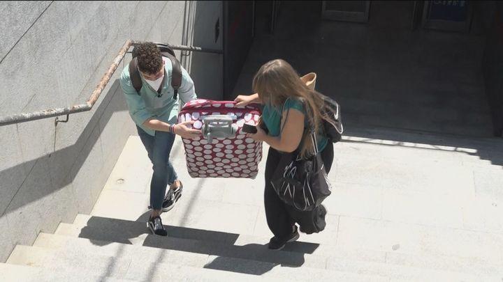 ¿Qué harías si ves a alguien cargado con una maleta con la que no puede?