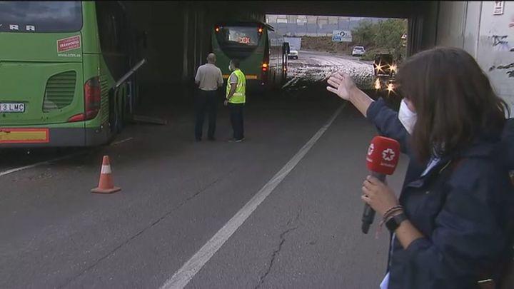 Barro, autobuses atrapados en vaguadas y casas inundadas en Rivas