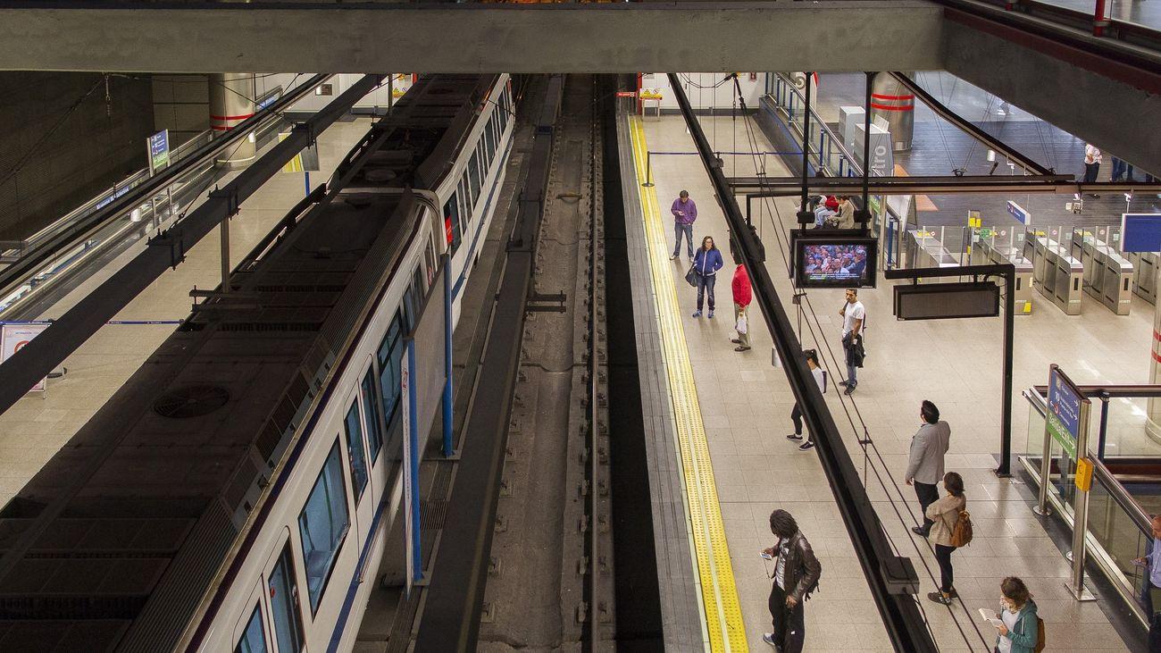 Viajeros esperando el metro