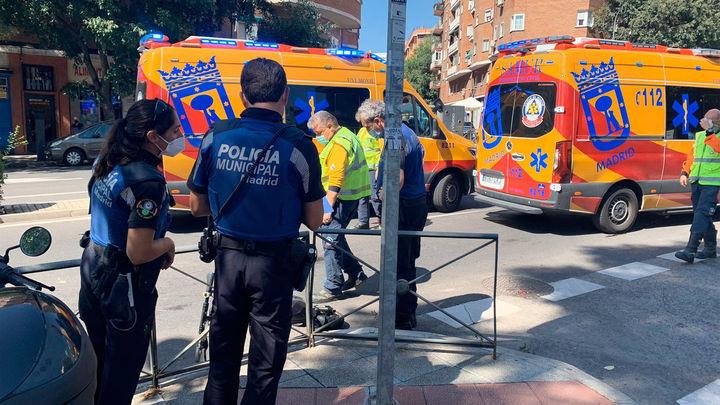 Herido un hombre y una chica que montaban un patinete eléctrico al chocar contra un autobús en Embajadores