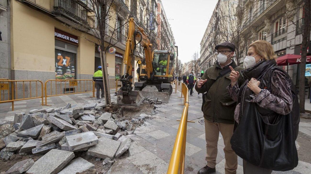 El asfaltado de las calles de Arenal y Montera sustituyó las anteriores losetas de granito